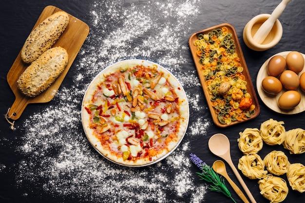Decoração de comida italiana com pizza, pão e macarrão
