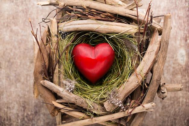 Decoração de coração de páscoa em um fundo de madeira padrão