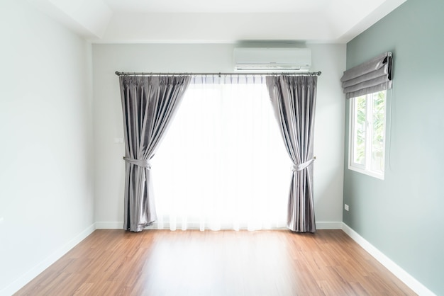 Decoração de cortina vazia na sala de estar