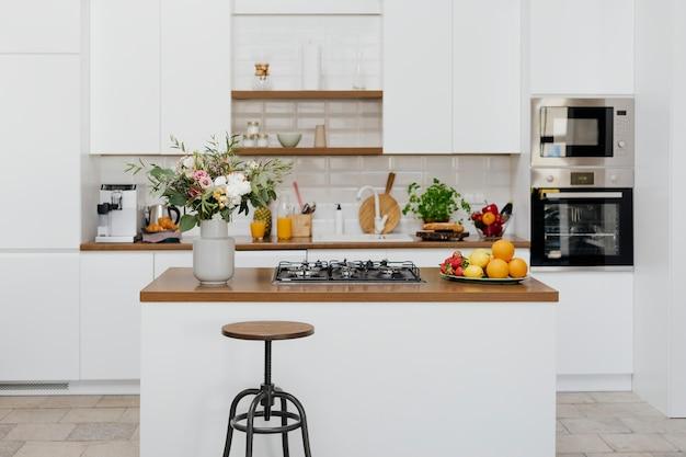 Decoração de cozinha moderna totalmente equipada