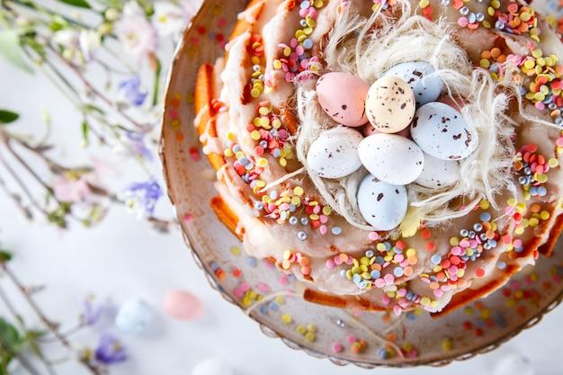 Decoração de cupcake esmalte colorido. férias de páscoa