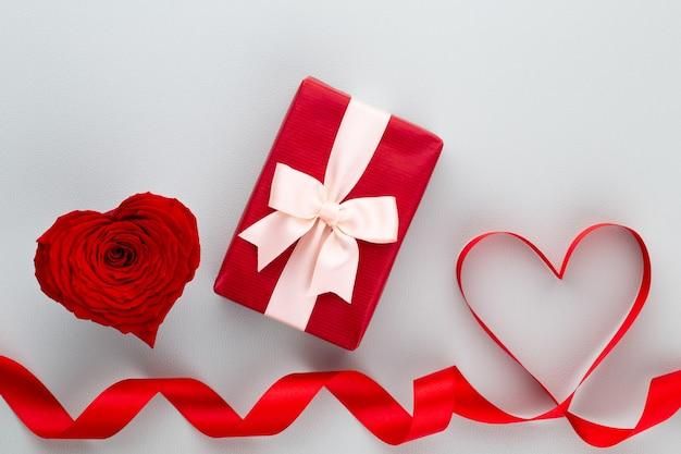 Decoração de dia dos namorados com corações rosas vermelhas. greating cards.