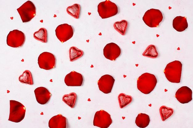 Decoração de dia dos namorados com pétalas de rosas, vista superior