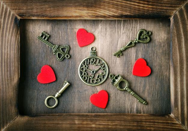 Decoração de dia dos namorados com um coração e uma chave antiga na mesa de madeira