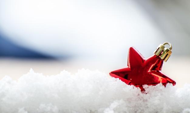Decoração de enfeite de bola de natal vermelho na árvore