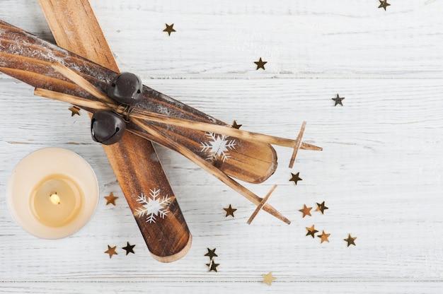 Decoração de esqui com vela acesa e estrelas douradas