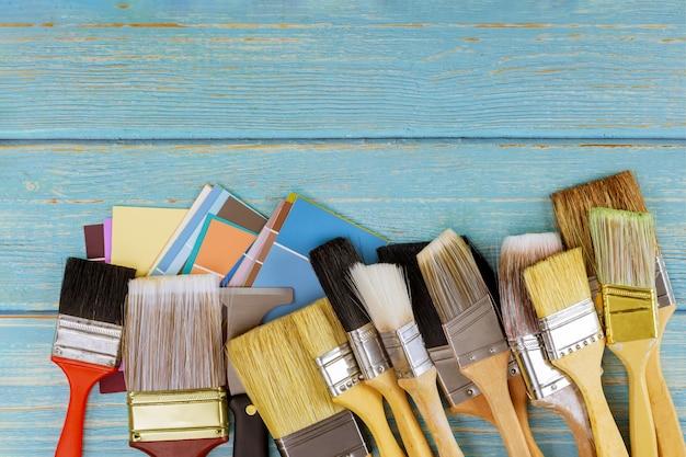 Decoração de ferramentas de pincel de pintura e paleta de cores com vista para o espaço da cópia