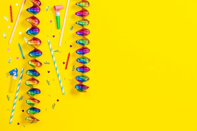 Decoração de festa de aniversário em fundo amarelo, vista superior