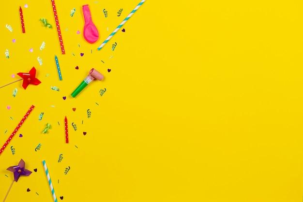 Decoração de festa de aniversário em vista superior do fundo amarelo