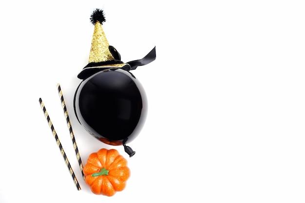 Decoração de festa de halloween em um fundo branco. postura plana