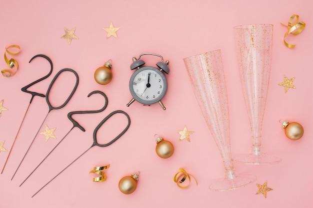 Decoração de festa festiva com despertador e óculos