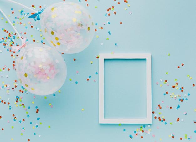 Decoração de festa plana leiga com balões e moldura