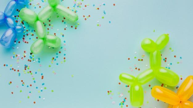 Decoração de festa vista superior com confetes e balões