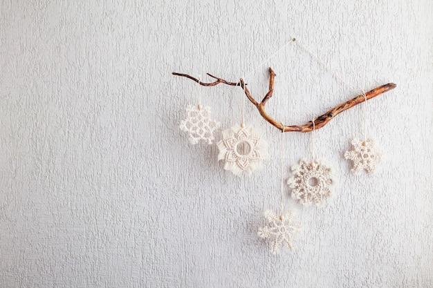 Decoração de flocos de neve de macramé de natal para casa e café feriados de inverno e ano novo copiar espaço