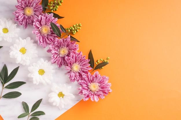 Decoração de flores em papel branco sobre o fundo laranja