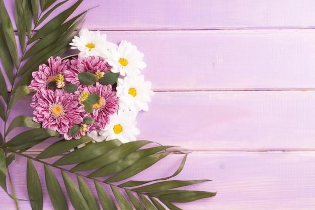 Decoração de flores no cenário de prancha roxa
