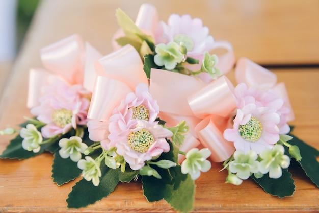 Decoração de flores românticas em cima da mesa com fita.
