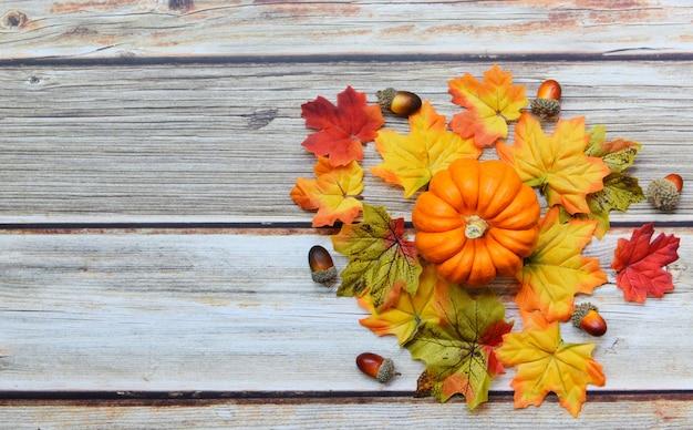 Decoração de folha de outono de ação de graças festiva na madeira