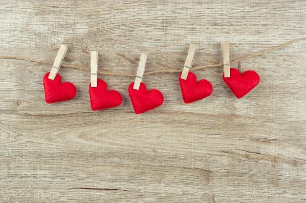 Decoração de forma de coração vermelho pendurado na linha com espaço de cópia de texto. amor, casamento, romântico e feliz dia dos namorados dia conceito