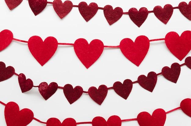Decoração de formas de coração vermelho escuro e vermelho