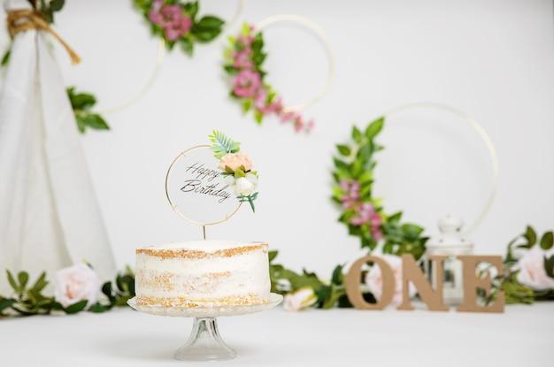 Decoração de fundo festivo para festa de aniversário com bolo gourmet.