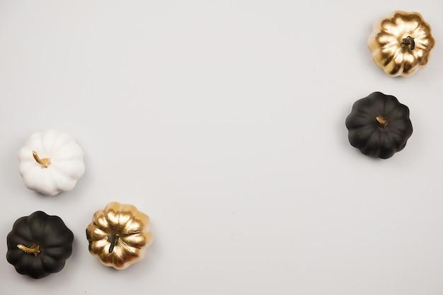 Decoração de halloween, abóboras douradas, pretas e brancas