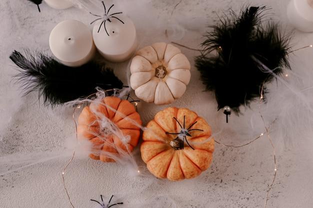 Decoração de halloween assustador com abóboras diferentes, luz, aranhas.