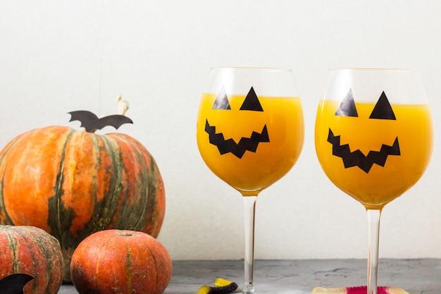 Decoração de halloween cocktail laranja abóbora de férias outono na mesa