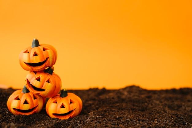 Decoração de halloween com abóboras amigáveis