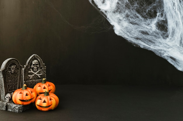 Decoração de halloween com abóboras engraçadas