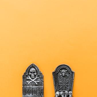 Decoração de halloween com duas lápides
