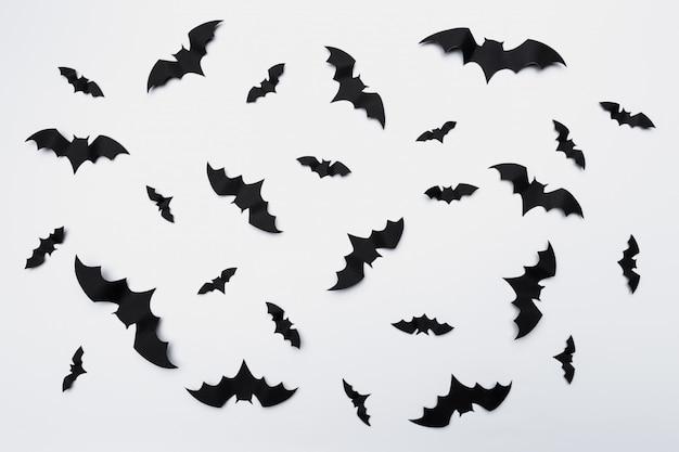 Decoração de halloween com morcegos de papel voando