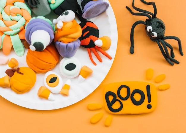 Decoração de halloween de plasticina com aranha