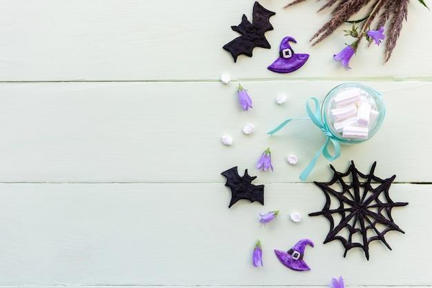 Decoração de halloween e café com marshmallows