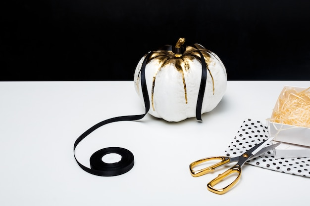 Decoração de halloween na mesa branca sobre a superfície preta
