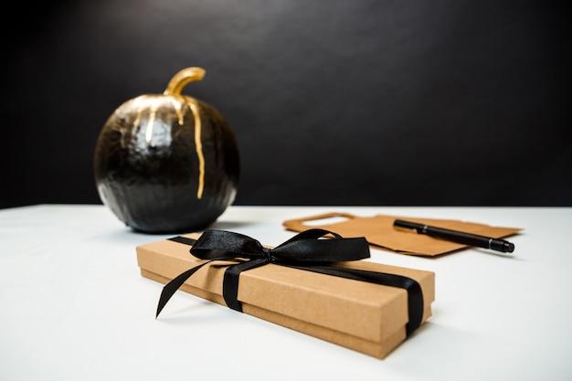 Decoração de halloween na mesa branca sobre parede preta