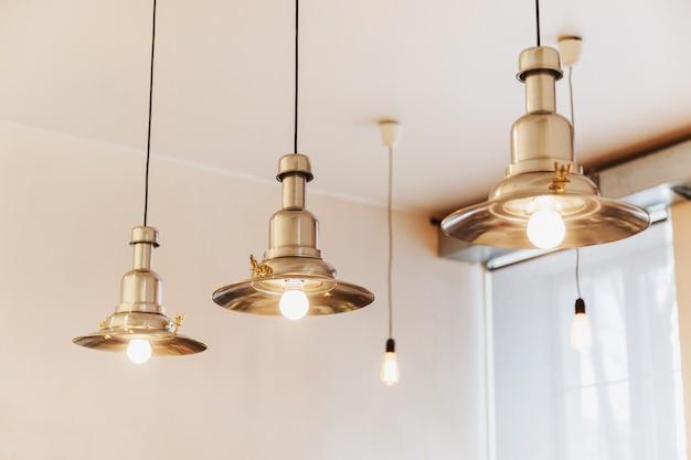 Decoração de iluminação de estilo loft em café.