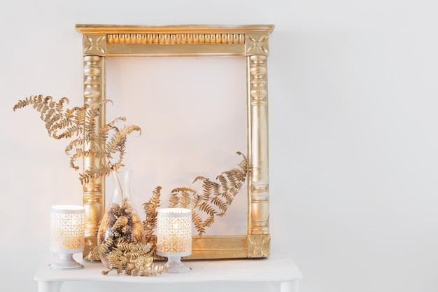 Decoração de interiores com velas acesas em prateleira de madeira branca