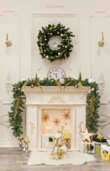 Decoração de interiores de natal e ano novo em uma sala de estar