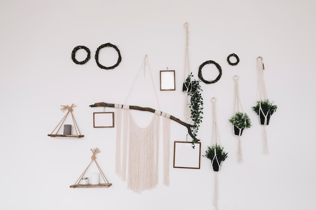 Decoração de interiores em estilo scandiboho, com pôsteres de simulação na parede e macramê feito à mão