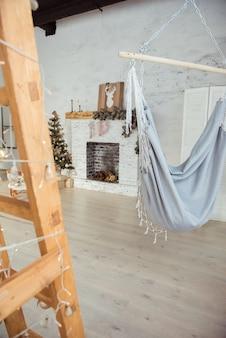 Decoração de inverno. árvore de natal no interior do loft contra uma parede de tijolos