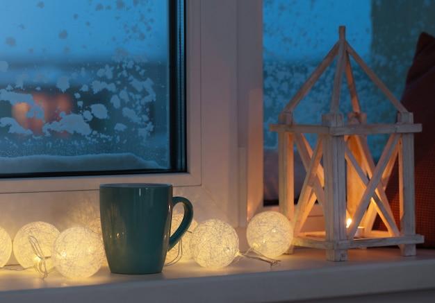 Decoração de inverno com velas e guirlanda