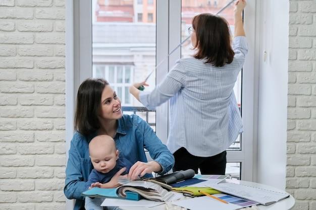 Decoração de janela com cortinas, designer de mulher tirando tamanhos de janela