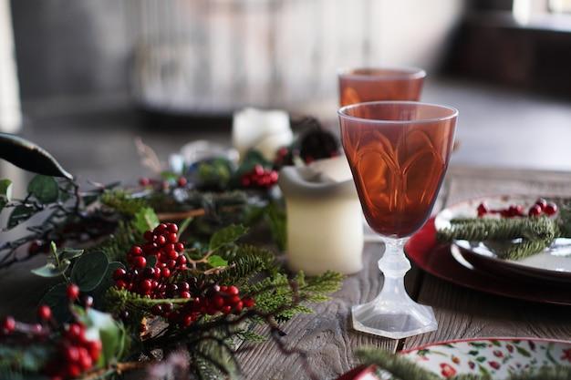 Decoração de jantar de natal e ano novo em fundo desfocado com luz da janela
