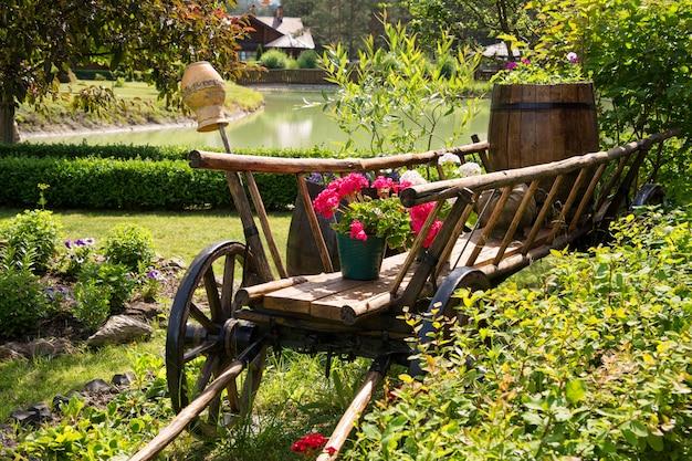 Decoração de jardim ucraniana. carrinho de madeira velho