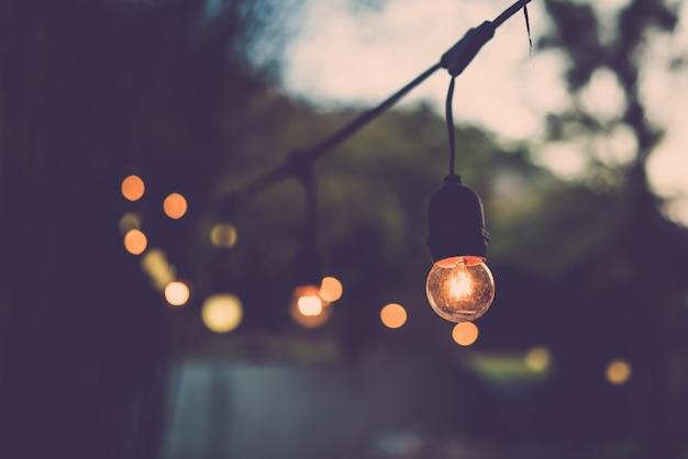 Decoração de lâmpada velha na festa ao ar livre. filtro retrô