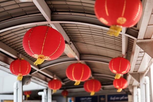 Decoração de lanterna tradicional chinesa na cidade. celebrações do ano novo lunar chinês e conceito de férias