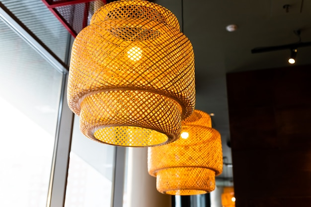 Decoração de lanternas penduradas em vime de madeira feito de luz suspensa de estilo bambuasian com abajur de vime estilo rústico