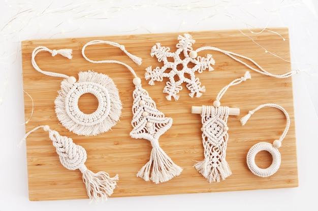 Decoração de macramê de natal em mesa de madeira