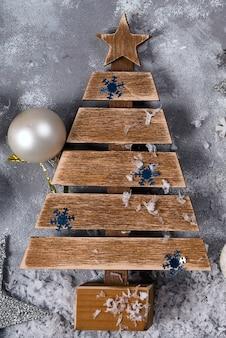 Decoração de madeira da árvore do natal no fundo de pedra. faça você mesmo.